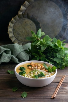 Zupa laksa z makaronem z dynią i brokułami, ostra tajska zupa