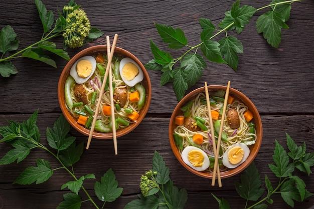 Zupa makaronowa udon z warzywami. jedzenie wegetariańskie.