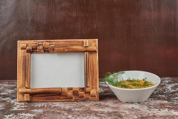 Zupa makaronowa w bulionie z ziołami i przyprawami.
