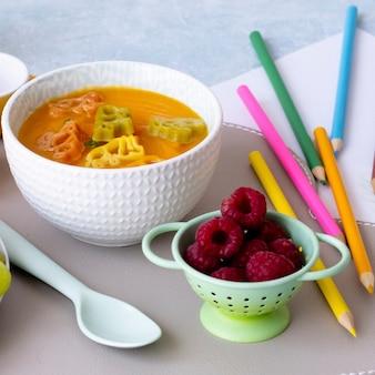 Zupa marchewkowa, zwierzęta z makaronu, zdrowa żywność dla dzieci