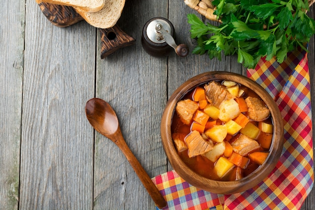 Zupa mięsna estofado z ziemniakami, marchewką i przyprawami