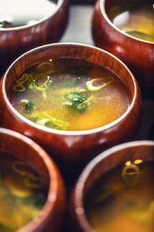 Zupa miso japoński tradycyjny posiłek w drewnianych miskach.