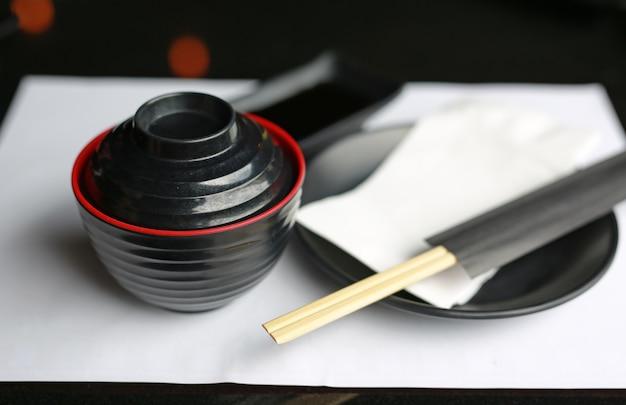 Zupa miso na stole, japońskie jedzenie