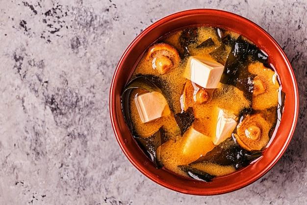 Zupa miso, tradycyjne japońskie jedzenie, widok z góry.