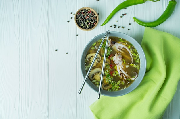 Zupa miso z kałamarnicą, grzybami i ziołami