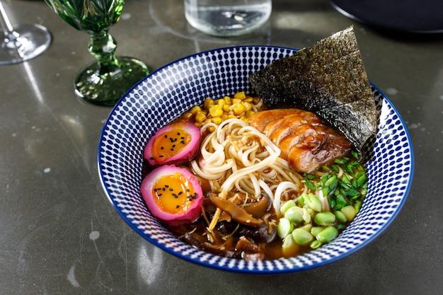 Zupa miso z węgorzami, jajkami, warzywami i makaronem udon