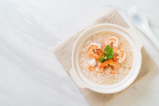 Zupa owsianka lub gotowany ryż z miską z krewetkami