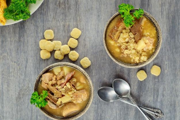 Zupa pęczakowa z pieczarkami i ziemniakami. zdrowe jedzenie.