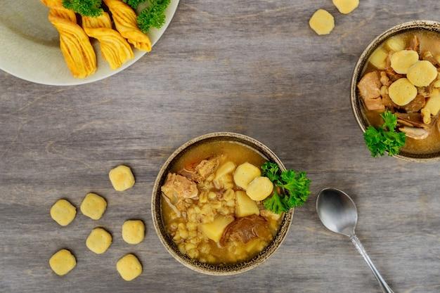 Zupa pieczarkowa z ziemniakami i kaszą perłową. widok z góry.