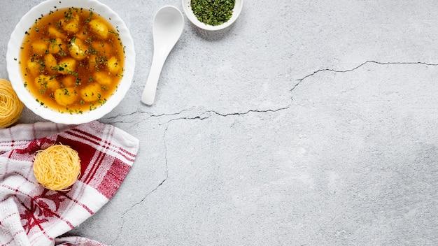 Zupa pierogi i widok z góry miejsca kopiowania