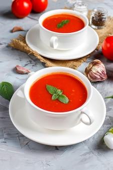 Zupa pomidorowa z bazylią w misce.