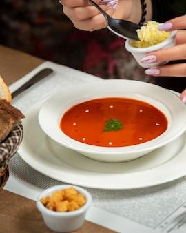 Zupa pomidorowa z krakersami i tartym serem