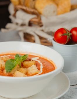 Zupa pomidorowa z nadzieniem chlebowym i śmietaną