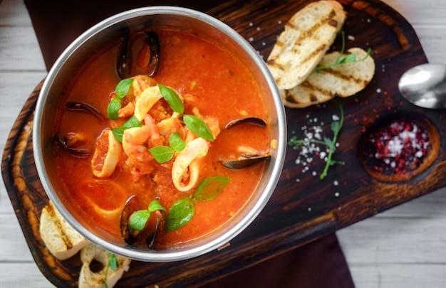 Zupa pomidorowa z owocami morza, cacciucco, widok z góry