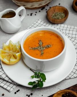 Zupa pomidorowa z przyprawami, liśćmi cytryny i mięty.