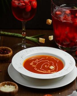 Zupa pomidorowa z serem i grzankami