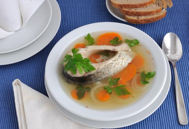 Zupa rybna z marchewką i cebulą i przyprawami