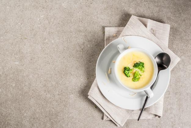 Zupa Serowa Z Brokułami I Kurczakiem Na Szarym Kamiennym Stole Premium Zdjęcia