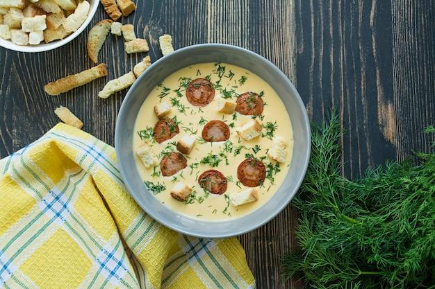Zupa serowa z grillowanymi kiełbaskami i ziołami