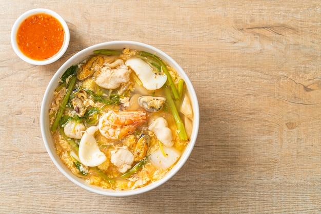 Zupa sukiyaki z owocami morza - po azjatyckim stylu