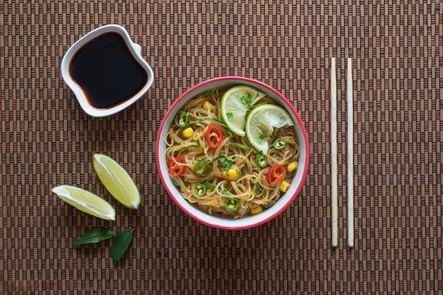Zupa tajska z czerwonym curry z makaronem. widok z góry.