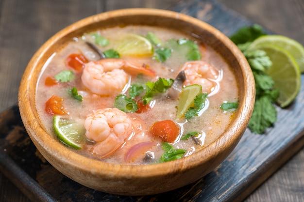 Zupa tom yam kong. tajskie jedzenie.