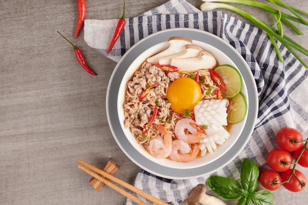 Zupa tom yum, kuchnia tajska, makaron błyskawiczny, ostra zupa krewetkowa tom yum goong