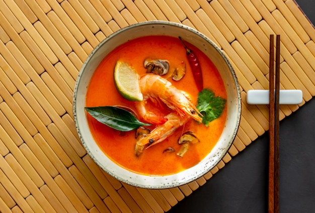 Zupa tom yum. kuchnia tajska. zdrowe odżywianie. przepisy