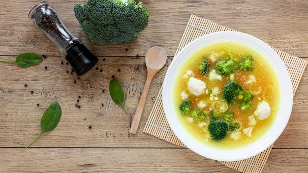 Zupa warzywna z brokułami i przyprawami
