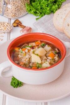Zupa wegańska z pęczakiem, warzywami i grzybami