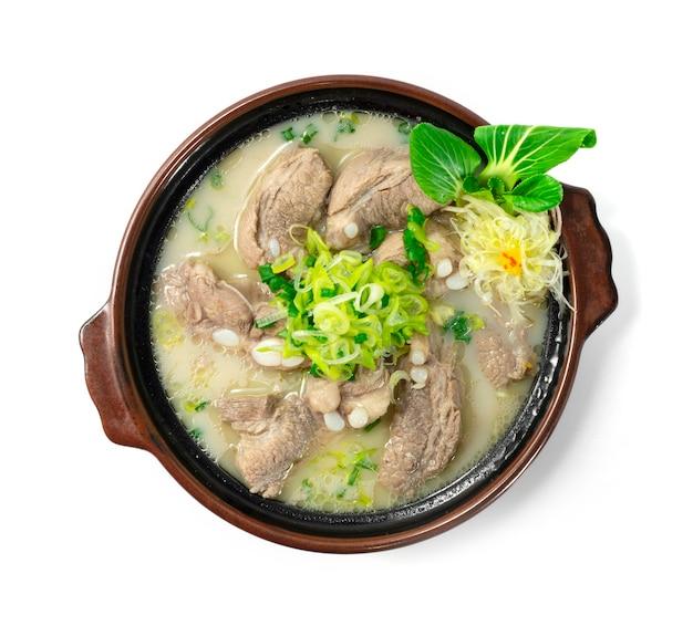Zupa wieprzowa żeberka koreańskie jedzenie wywar wieprzowy z kości biały rosół udekoruje warzywa i pora w stylu rzeźbionym z góry