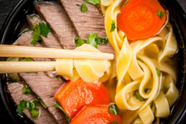 Zupa wołowa z makaronem w stylu azjatyckim
