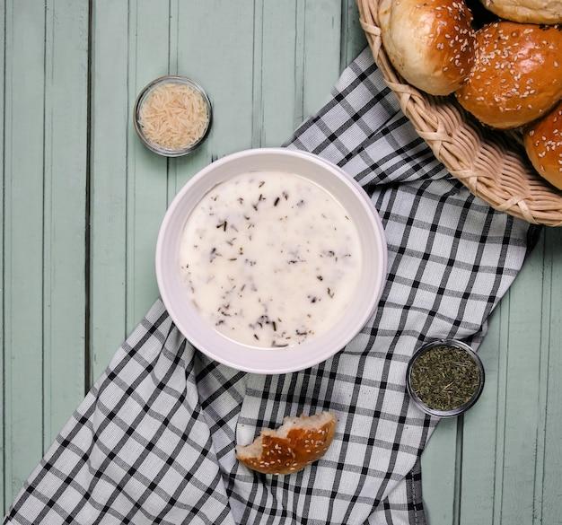 Zupa yayla w białej misce z przyprawami.