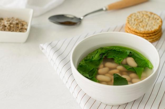 Zupa z białej fasoli pod wysokim kątem
