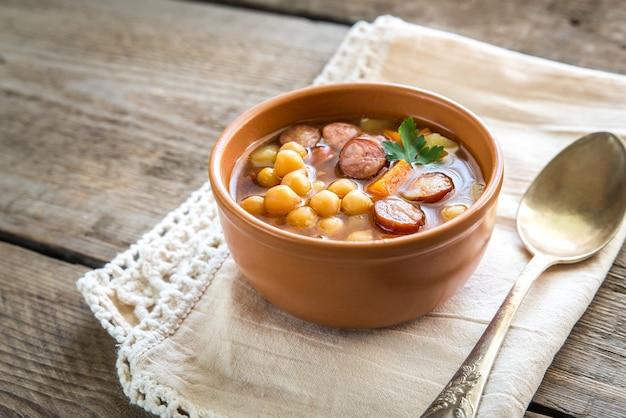 Zupa z ciecierzycy i wędzonej kiełbasy