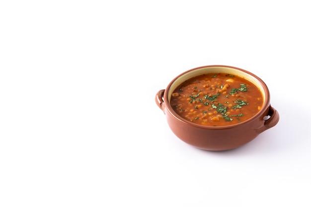 Zupa z czerwonej soczewicy na białym tle