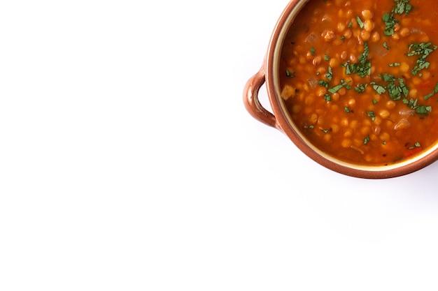Zupa z czerwonej soczewicy w misce na białym tle