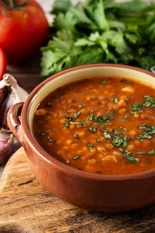 Zupa z czerwonej soczewicy w misce na drewnianym stole