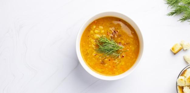 Zupa z czerwonej soczewicy z dodatkami. tradycyjna turecka lub arabska pikantna zupa z soczewicy i warzyw, zdrowe wegańskie jedzenie