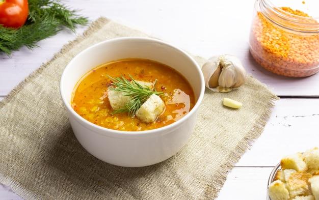 Zupa z czerwonej soczewicy z dodatkami