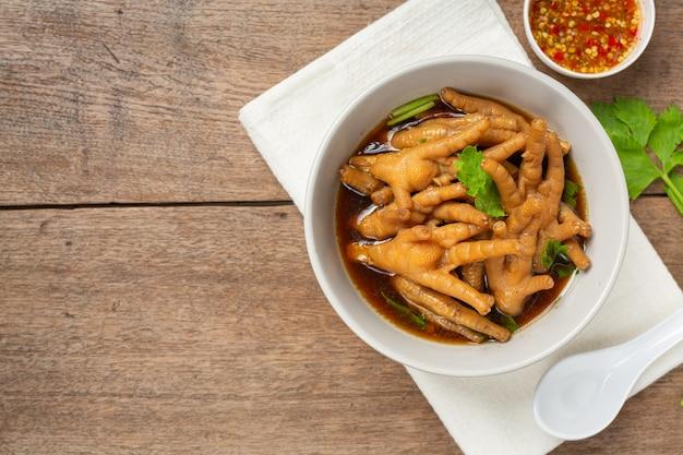 Zupa z duszonych nóg kurczaka podana z ostrym sosem rybnym