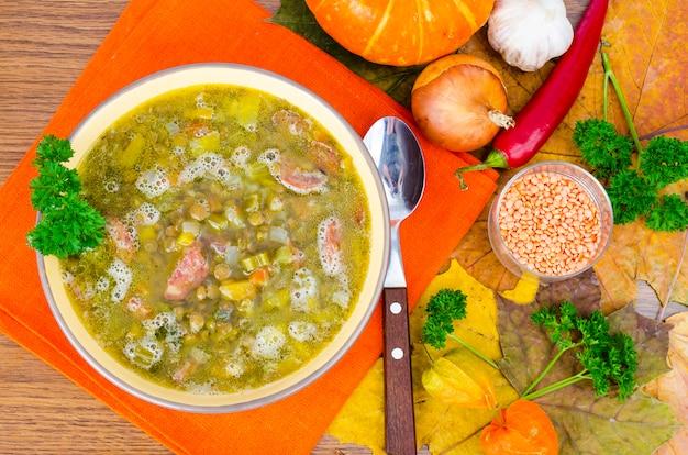 Zupa z dyni, soczewicy i kiełbasy. zdjęcie