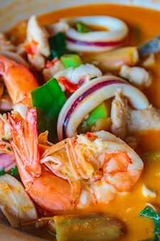 Zupa z gorących i pikantnych owoców morza mieszana, kuchnia tajska.