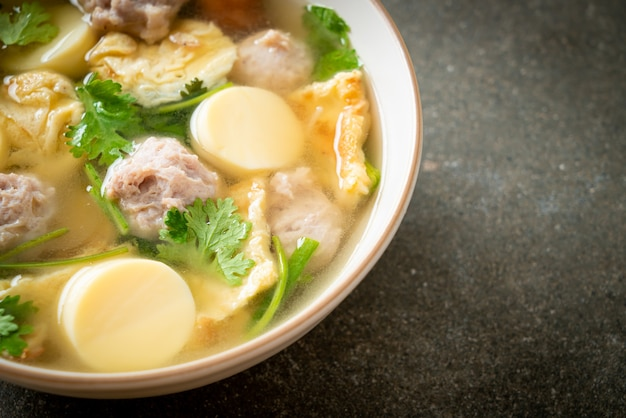 Zupa z jajkiem sadzonym lub zupa z omletu z mieloną wieprzowiną