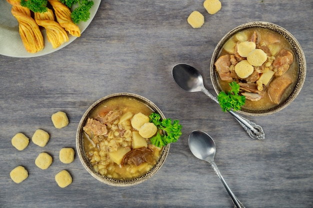 Zupa z kaszy pęczak z pieczarkami i ziemniakami. zdrowe jedzenie.