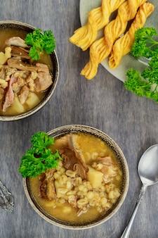 Zupa z kaszy perłowej z pieczarkami i ziemniakami. domowe jedzenie.