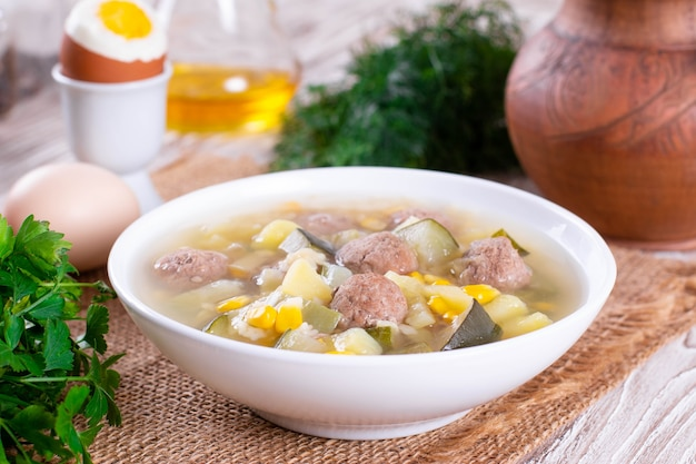 Zupa z klopsikami i warzywami. jedzenie dla dzieci. zdrowy i smaczny obiad