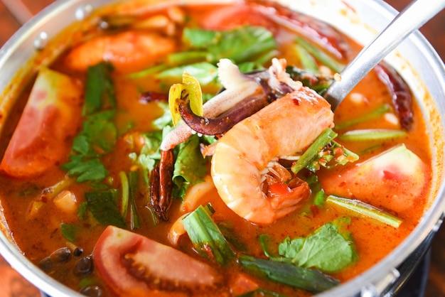 Zupa z krewetek, pikantna zupa z krewetkami i owocami morza, curry z mlekiem kokosowym, krewetkami i kałamarnicą tajskie jedzenie