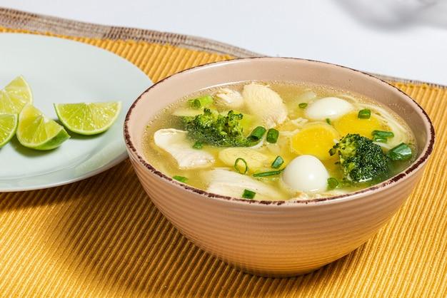 Zupa z kurczaka żeń-szenia z brokułami, jajkiem przepiórczym i cytryną. tradycyjne jedzenie.