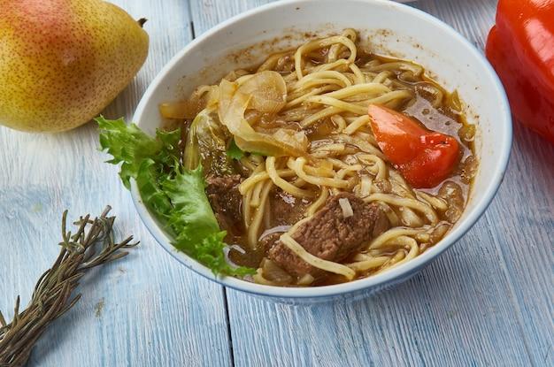 Zupa z makaronem po xinjiang, kuchnia ujgurska, azja tradycyjne dania różne, widok z góry